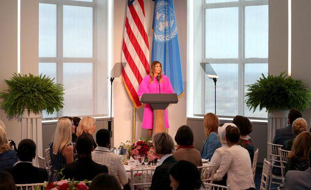 Melania Trumpin käyttämä asu herätti paljon huomiota lounastilaisuudessa.