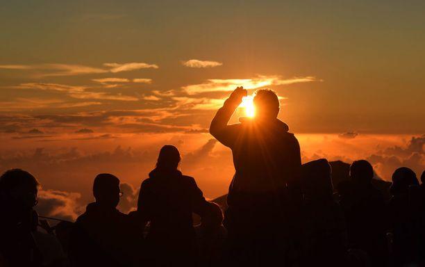 Havaijilaisen kansallispuiston johtaja arvioi uutistoimiston haastattelussa, että jopa joka kolmas auringonnousua ihaileva ottaa siitä kuvia tai videoi sitä.