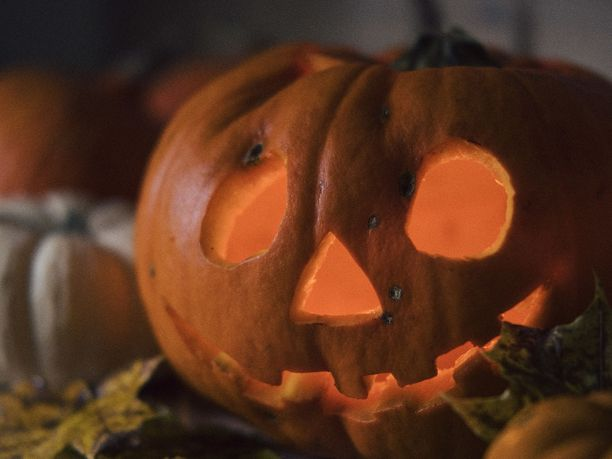 Halloweenia varten naamioitunut kommandopipoinen henkilö pelästytti Helsingin Kontulassa perjantaina. Kuvituskuva.