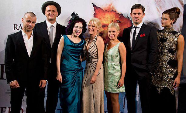 Puhdistus-elokuvan näyttelijät poseeraavat yhdessä Sofi Oksanen.