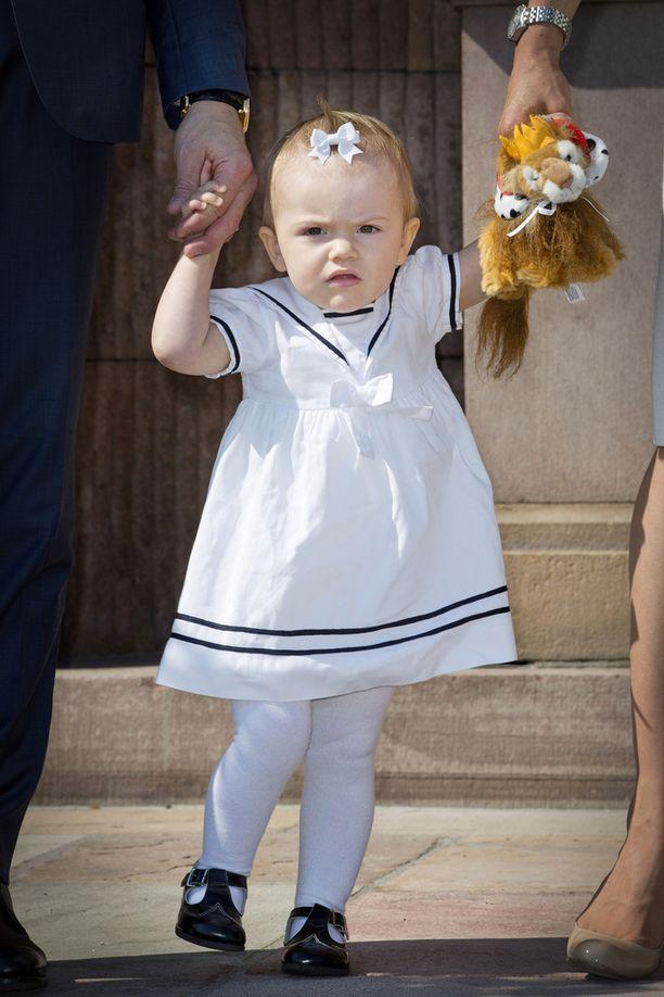 Yksivuotias Estelle Ruotsin kansallispäivän juhlallisuuksissa kesällä 2013.