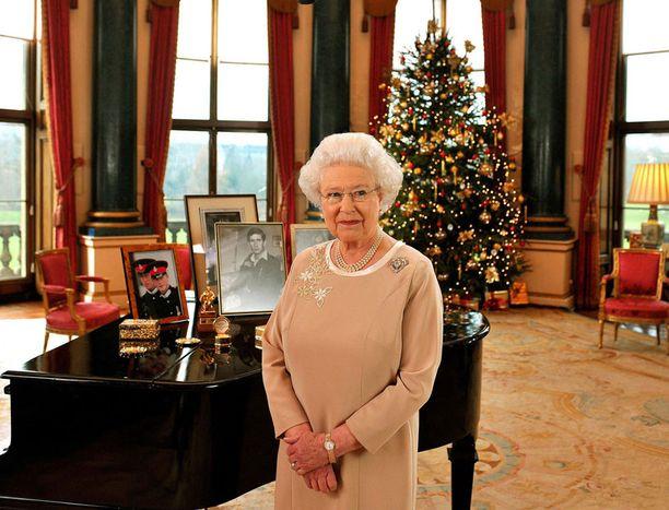 Jättiläiskuusi on poikkeuksetta jouluaaton tunnelmaa rakastavan Elisabetin koristelema.
