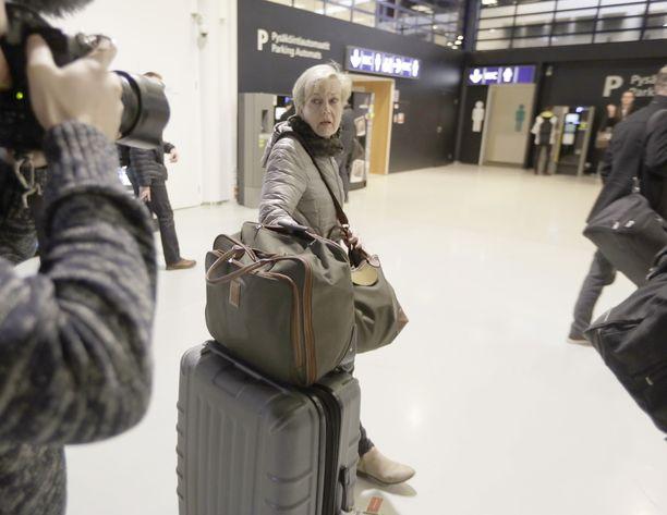 Ex-ministeri Suvi Lindén löysi mystisesti kuolleen suomalaismiehen ruumiin Ugandan pääkaupungista Kampalasta sijaitsevasta Pearl of Africa -hotellista helmikuussa. Kuvassa julkisuutta Uganda-kohun aikana vältellyt ex-ministeri on juuri saapunut Oulun lentoasemalle, jossa media oli häntä vastassa.