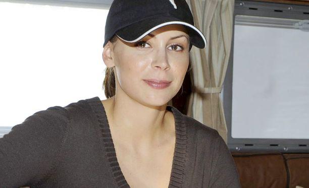 PUHELIMEEN Kimi Räikkösen vaimoa Jenni Dahlman-Räikköstä kuullaan hovioikeudessa puhelimitse.
