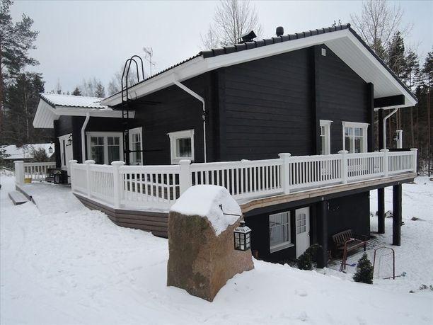 Eurajoelta löytyy musta, vuonna 2013 rakennettu hirsitalo. Hirren lisäksi kakkoskerroksen avaraa tilaa hallitsee tiili ja keittiötä komea leivinuuni.