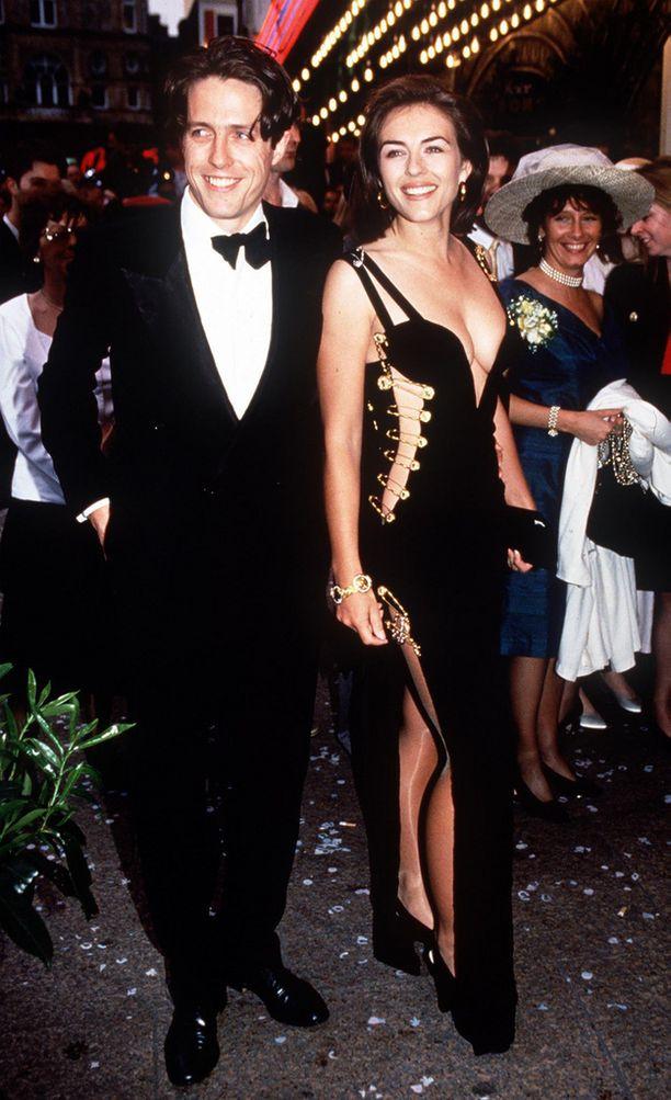 Vuonna 1994 poikaystävä Hugh Grantin kanssa Neljät häät ja yhdet hautajaiset -elokuvan ensi-illassa. Hurley nousi otsikoihin näyttävällä Versacen hakaneulapuvullaan.