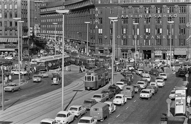 Liikenneruuhkaa Kaivokadulla vuonna 1971.