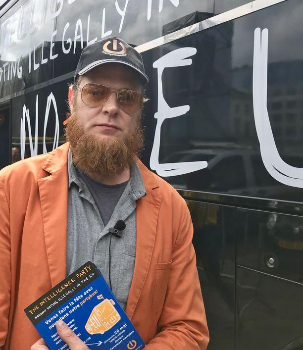 Lars Kuzner kampanjoi älypuolueensa joukoissa.