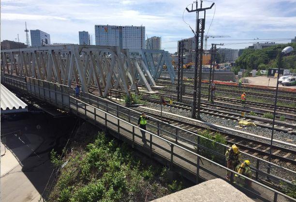 Sillan sammutustyöt ovat käynnissä. Liekkejä ei näy, sillä palo on sillan rakenteissa.