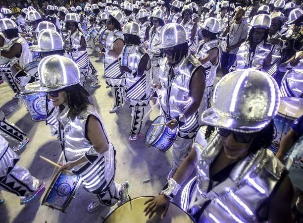 Sambakoulu Unidos de Vila Isabelin erikoisryhmä erottui hopeanvärisenä.