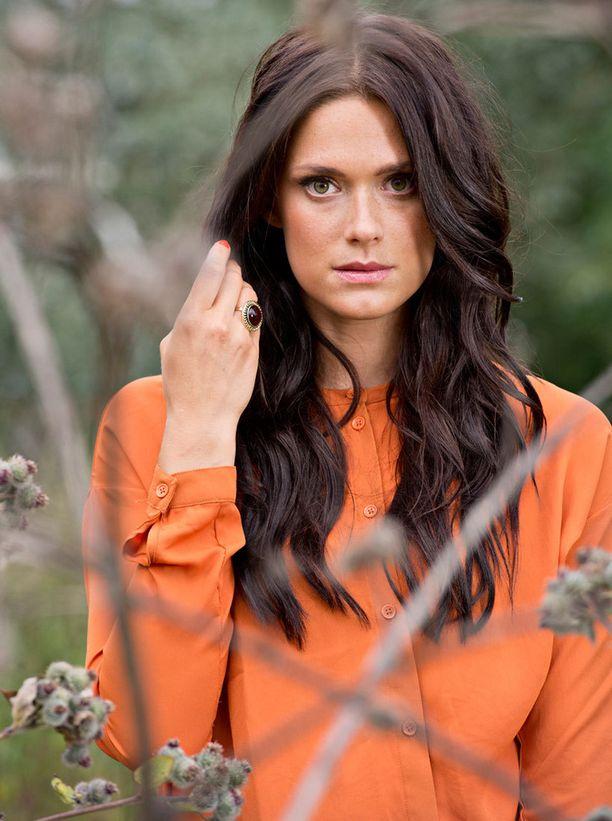 Krista Kosonen on selvästi syksyihminen. Hänelle sopii upeasti lämmin oranssi.
