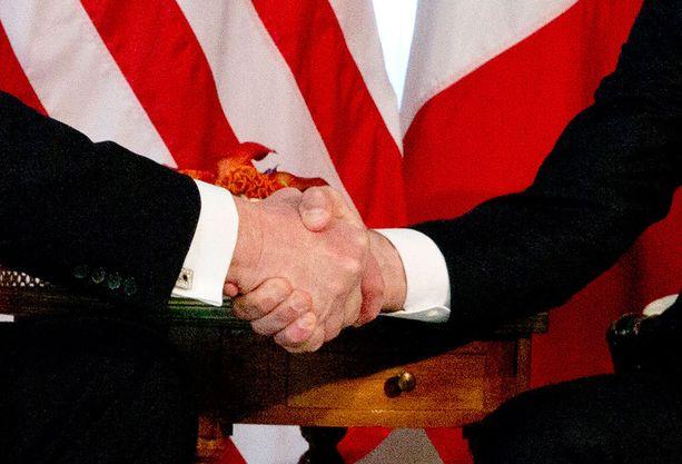 Trumpin käsi muuttui paikoitellen valkoiseksi.