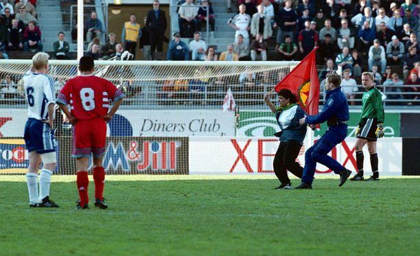 Suomi ja Turkki kohtasivat viimeksi arvokisakarsinnoissa vuonna 1999, jolloin kentälle juoksi mielenosoittajia. Ja hetken päästä Jari Porttila.