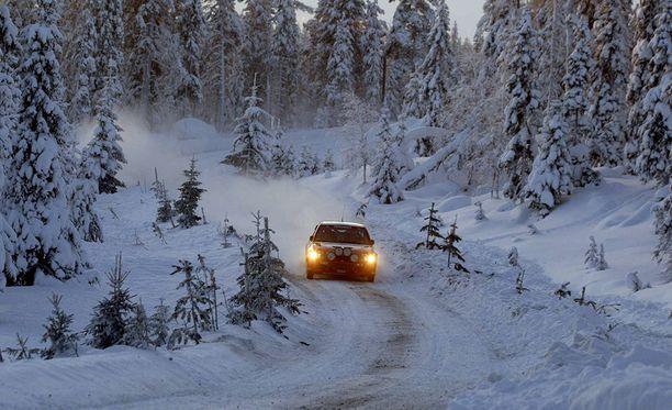 Suljetulla testitiellä Rovaniemen lähellä tapahtui ikävä onnettomuus. Kuvan auto ei liity tapaukseen.