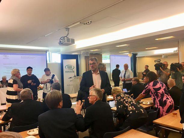 Sipilä kätteli osallistujat ennen kokouksen alkamista. Etualalla Mauri Pekkarinen.