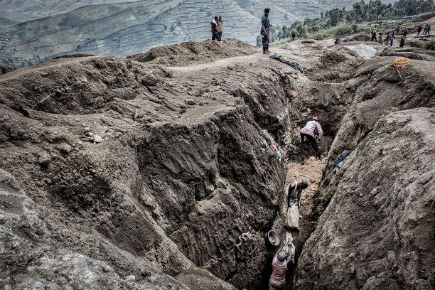 Sotilas vartioi laittomia kaivostyöläisiä Kongossa vuonna 2013. Kuvituskuva.