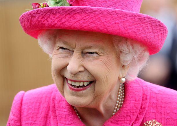 Kuningatar Elisabet edusti hylyileväisenä. Huulipunakin oli sävy sävyyn asun kanssa.