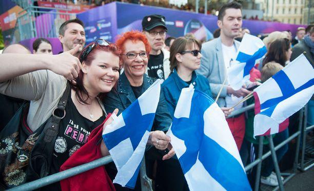 Rumpali Toni Välitalon äiti, veli ja sukulaisia saapui tukijoukkoihin.