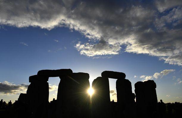 Stonehengen kivet on aseteltu niin, että monumentin sisäänkäynti on suunnattu kesäpäivänseisauksen auringonnousuun.