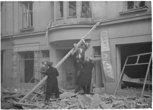 Kuvassa tuhoja Helsingin pommituksen jälkeen 30.11.1939.