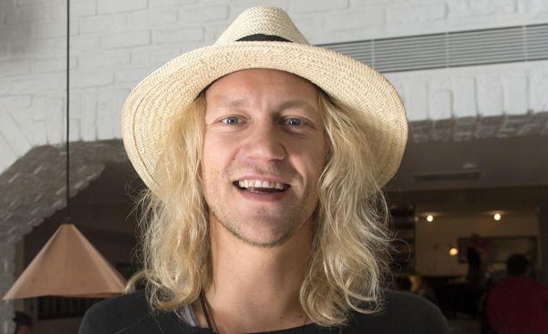 Jukka Hildén tekee uraa Los Angelesissa ja viihtyy somekaunotar Chachin kanssa.