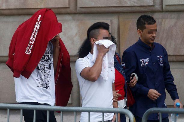 Syytettyjä saapumassa oikeudenkäyntiin Barcelonassa.