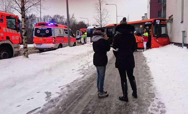 Viikissä bussi ajautui päin kerrostaloa.