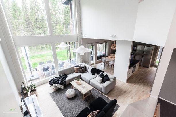Oululaisen kodin olohuone on kaunis kuin mikä! Kuuden metrin huonekorkeus on arkkitehtuurisesti varsin päheä.