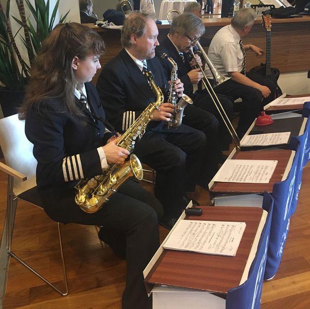 Finnair Pilots' Big Band esiintyy Pikkuleijonien kultajuhlissa.