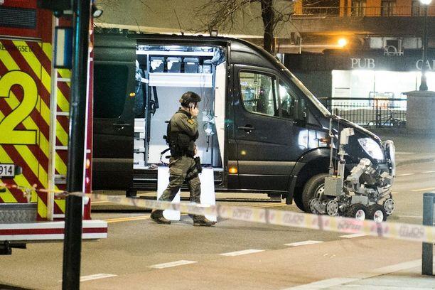 Poliisi käytti pommin tuhoamiseen robottia.