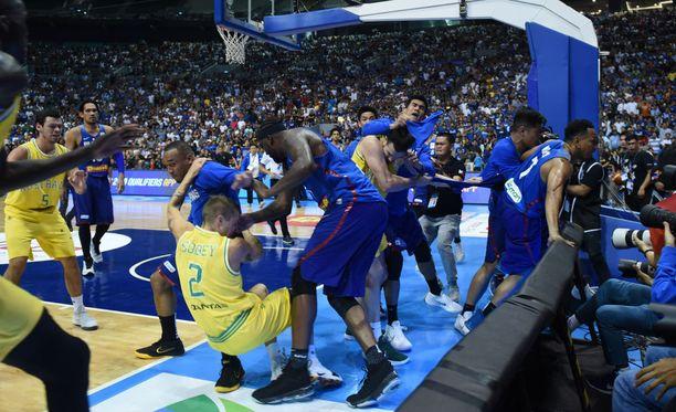 Australian ja Filippiinien välinen koripallon MM-karsintaottelu päättyi skandaaliin.