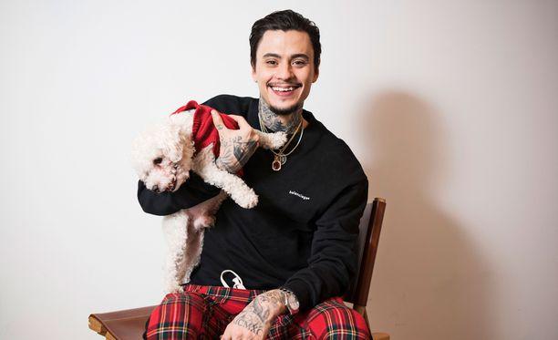 Mikael Gabrielin jouluun tuo iloa rakas Biggie-koira, jolla tietenkin on asianmukainen jouluinen villapaita.