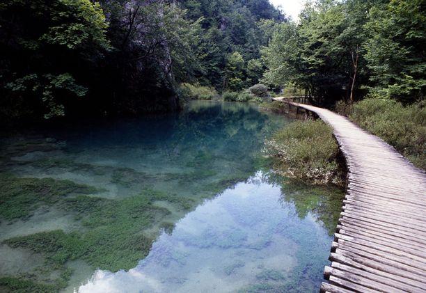 Vesi on kristallinkirkasta. Matkailijoiden toivotaan liikkuvan valmiilla reiteillä.