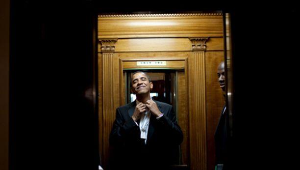 Väsynyt mutta tyytyväinen presidentti riisuu solmukkeensa Valkoisessa talossa kello kahdelta aamuyöllä.
