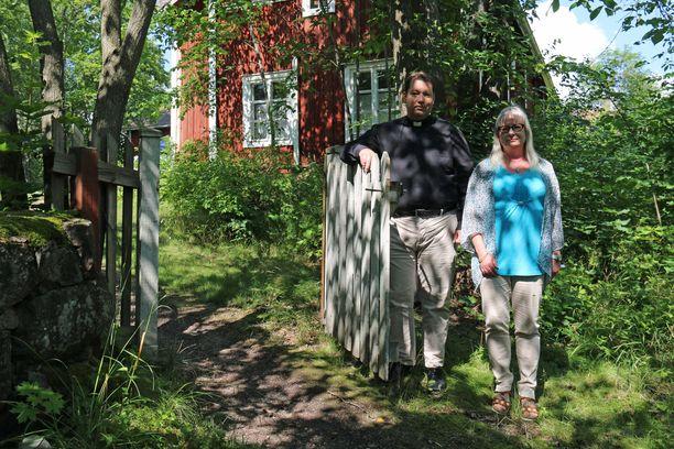 Naantalin seurakunnan kirkkoherra Jani Kairavuo ja diakoni Mari Syrjäkoski-Vuollet kuvaavat hetkiä kuoleman rajamailla hiljaisiksi, rauhallisiksi ja arvokkaiksi.