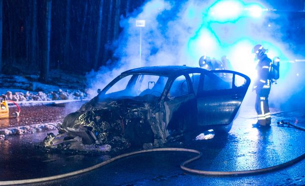 Henkilöauto tuhoutui palossa.
