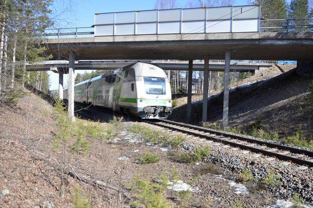 Liikenne vapautettiin vasta maanantaina päivällä. Kello 13 aikaan turmapaikan ohitti Helsinkiin menevä intercityjuna.