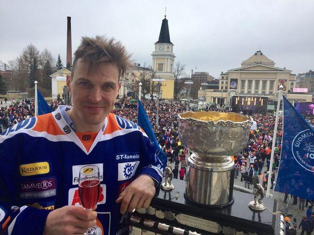 Kulttipelaaja Pekka Saravo poseeraa Tampereen Raatihuoneen parvekkeella.