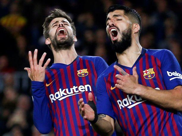 Gerard Pique ja Luis Suarez näyttävät, miten fanit reagoivat uuteen pelipaitaan.