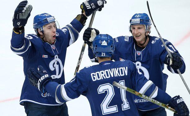 Moskovan Dynamo on yksi KHL:n suurseuroista. Joukkueessa pelaa yksi suomalainen, puolustaja Juuso Hietanen (oikealla).