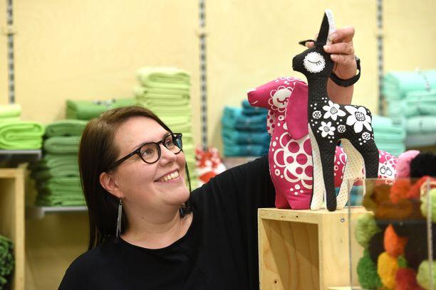 Nykyään PaaPiin tuotteet tehdään omassa vaatetustehtaassa Kokkolassa.. Vientiä PaaPii Designilla on lähes 30 maahan.
