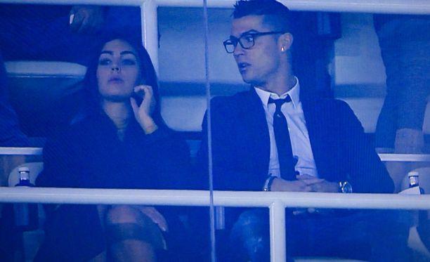 Ronaldo toi tyttösystävänsä jalkapallo-otteluun. Seurustelu on siis varsin vakavalla pohjalla.