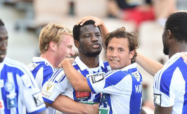 Oussou Konan niittasi HJK:n 2–0-maalin. Sebastian Mannström onnittelee.