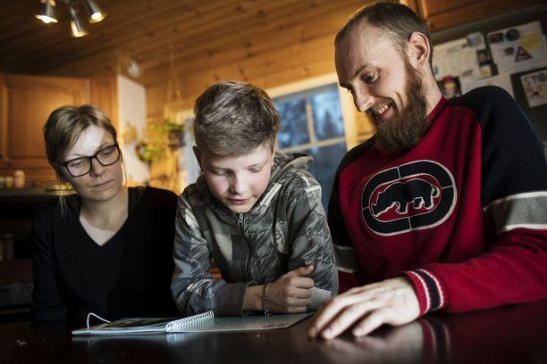 Leevin vanhemmat Anni Simonen-Tarkkala ja Janne Tarkkala ovat äärimmäisen kiitollisia Leevin pääsystä tutkimuspotilaaksi Osloon.