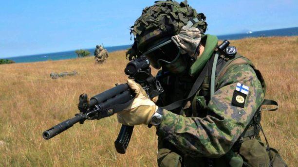 Ensi vuonna suomalaissotilaat osallistuvat myös Ruotsin asevoimien pääsotaharjoituksiin. Suomen rannikkojalkaväkeä Naton BALTOPS-harjoituksissa Ruotsin Ravlundassa kesäkuussa 2015.
