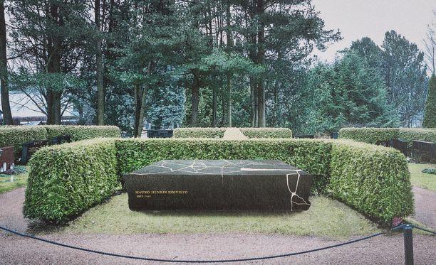 Tässä on presidentti Mauno Koiviston hautamuistomerkki.