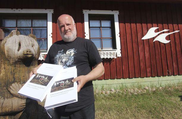 Dosentti, porotutkija Mauri Nieminen on aiemmin julkaissut kirjoja muun muassa työstään porojen parissa.