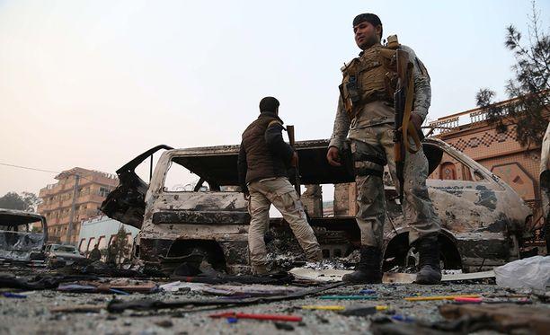 Afganistanin turvallisuusjoukkoja iskupaikalla. Isku tehtiin aamulla sen jälkeen kun ihmiset olivat tulleet töihin.