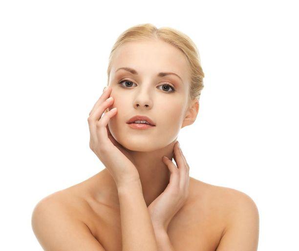 Kasvojen alueen karvoja poistetaan siloisen ihon toivossa.