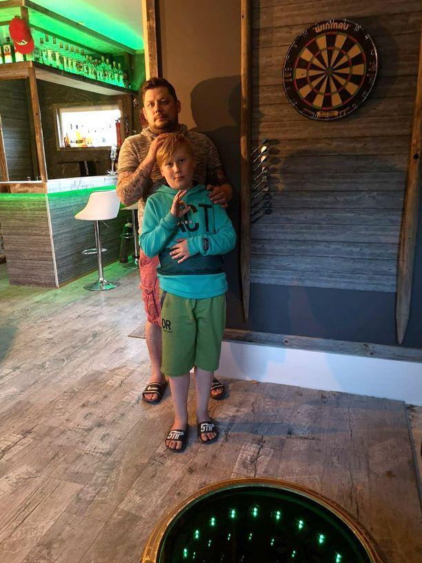 Kuvassa Janne poikansa Veetin kanssa. Leevi viihtyy äijäluolassa siinä missä isänsäkin.